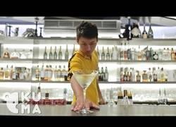 Enlace a ¿Te apetece un cocktail?¡Disfruta con el Bruce Lee de los barmans!