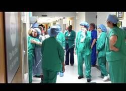 Enlace a A pesar de tener cáncer de mama, se va muy contenta y bailando a la sala de operaciones
