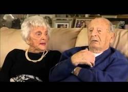Enlace a Una adorable pareja de ancianos revela el secreto para estar 80 años felizmente casados