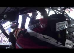 Enlace a Dos pilotos rivales se ayudan y abrazan después de un accidente