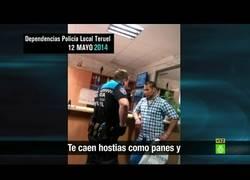 Enlace a Un policía local denuncia a su superior por amenazar a un inmigrante en acto de servicio.
