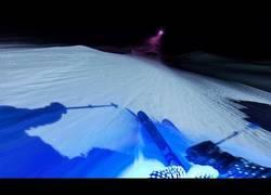 Enlace a Esquiando de noche con neones ¡Impresionante!