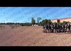 Enlace a La Policía Militar entrenando a soldados para actuar como antidisturbios contra los españoles