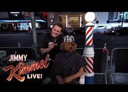 Enlace a Jim Carrey le corta el pelo a la gente en el programa de Jimmy Kimmel