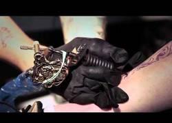 Enlace a Brian Moisés el primer tatuador sin brazos