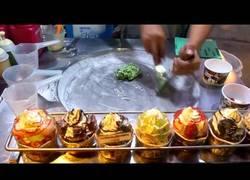 Enlace a Pides un helado en un puesto de Tailandia y...