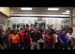 Enlace a Sabes que eres el profe enrollado del instituto cuando les enseñas a bailar 'Uptown Funk'