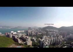 Enlace a Dron programado con un gps hace un vuelo automático por Hong Kong para entregar xocolate