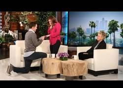 Enlace a Una emotiva y creativa proposición en The Ellen Show [Inglés]