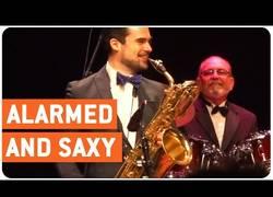 Enlace a Con este saxofonista suena las alarmas