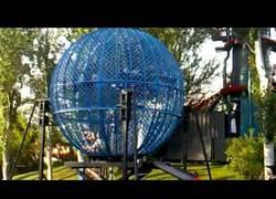 Enlace a ¿Te atreverías a entrar con tu moto en una esfera así?