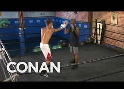 Enlace a Mayweather dando una clase de boxeo a justin bieber