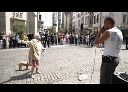 Enlace a Esta abuela lo rompe con este beatbox callejero