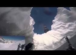 Enlace a Dramática caída de un esquiador en una grieta en los Alpes Peninos. Su cámara lo grabó todo