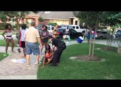 Enlace a Estos jóvenes estaban de fiesta en la piscina cuando llegaron los policías y se empezó a liar parta