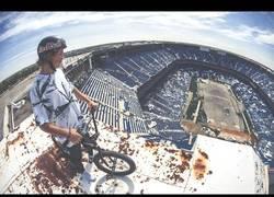 Enlace a Tyler Fernengel con su BMX en el estadio abandonado de Silverdome, en Detroit