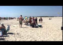 Enlace a Intenta asustar a este caballo en la playa y recibe una coz