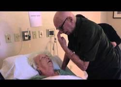 Enlace a Así se despide de su esposa después de 73 años de matrimonio, cantando su canción