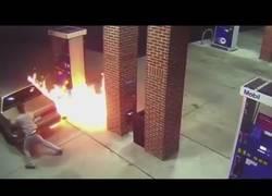 Enlace a Intenta matar a la araña que estaba en el depósito de gasolina de su coche... ¡Con un mechero!