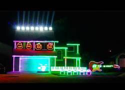 Enlace a Un gran show de luces con decoración de Halloween y canciones de villanos de Disney