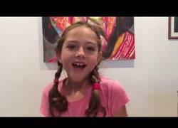 Enlace a Esta es la única niña normal que encontrarás en todo internet