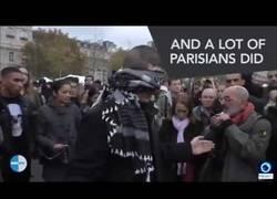 Enlace a Este musulman con los ojos vendados reparte abrazos en París con un bonito mensaje