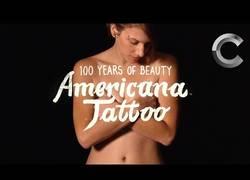 Enlace a Esta chica se hace un tattoo representando cada década en los últimos 100 años