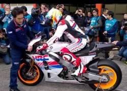 Enlace a Fernando Alonso sorprende pilotando una Honda RC213V MotoGP