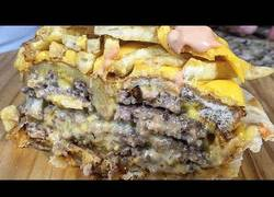 Enlace a Te presentamos un pastel de hamburguesas con patatas, no debe ser muy saludable pero vaya hambre...