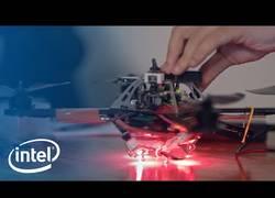 Enlace a Intel crea un show de luces 3D usando 100 drones acompañados de una orquestra. Magia