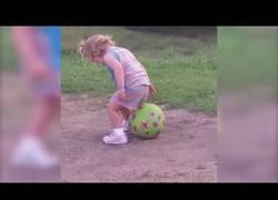 Enlace a Esta pobre niña tiene un problema enorme cuando quiere sentarse encima de una pelota...