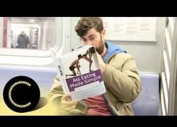 Enlace a La reacción de la gente al ver que un chico lee un curioso libro en el metro...
