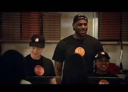 Enlace a ¿Cómo te quedarías si es LeBron el que hace pizzas en un local?
