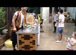 Enlace a Este vendedor turco de helados bromea con una niña pequeña