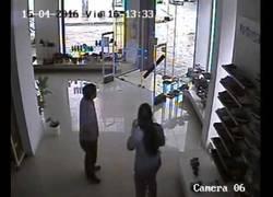 Enlace a Así se siente un tornado en plena ciudad grabado desde una cámara de seguridad en una zapatería