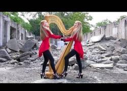 Enlace a Dos chicas y un arpa, tocando One de Metallica (Bellísima)