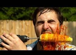 Enlace a ¡Sí! ¡Es posible comer maíz con un taladro y no quedarse calvo!