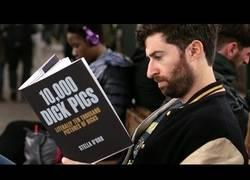 Enlace a Leyendo libros en el metro con una falsa portada (2ª Parte)