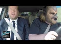 Enlace a James Corden se sube a su coche con la famosa chica de la máscara de Chewbacca y UNA SORPRESA