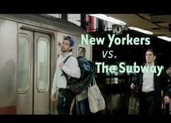 Enlace a Aquí puedes ver el momento justo cuando se le rompe el corazón a la gente tras perder el metro de