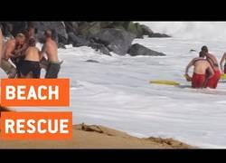 Enlace a Estos socorristas salvan a varios surfistas tras unas olas peligrosas