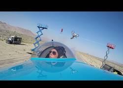 Enlace a Saltando por encima de una avioneta con una moto, ¡Wow!
