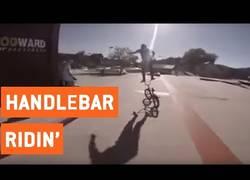 Enlace a La increíble habilidad de este chico encima del manillar de la bicicleta