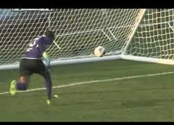 Enlace a ¿Es este el gol en propia más ridículo de la historia?