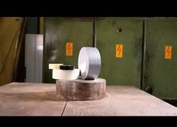 Enlace a Nuestra prensa hidráulica favorita aplastando cinta aislante