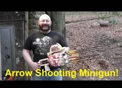 Enlace a Este hombre ha hecho el arma letal con Coca-Cola+flechas