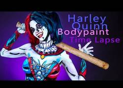 Enlace a Esta chica hizo un bodypaiting de Harley Quinn y el resultado es espectacular