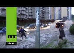 Enlace a Este chico tiene la brillante idea de hacer wakeboarding impulsado por un Hammer en Moscú