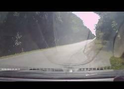 Enlace a Increíble lo que sucede en esta carretera