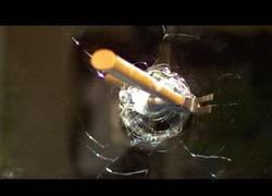 Enlace a Este es el efecto de un martillo rompiendo un cristal a 120.000 fps